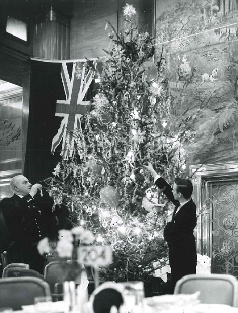 2F75486000000578-3364060-The_Christmas_tree_in_the_main_dining_room_was_decorated_by_two_-m-1_1450438158658